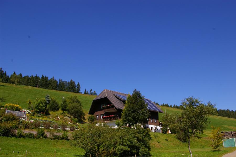 Casa típica de la Selva Negra con paneles solares