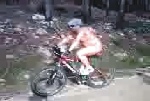 Misterioso ciclista nudista