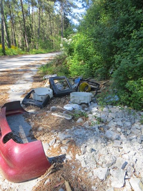 También en los viejos trazados de la carretera encontramos una defensa de un coche, ruedas, tv, y escombro
