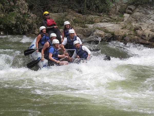 Fotografía haciendo rafting con amigos sobre las aguas del Rí Yaque del Norte en Jarabacoa