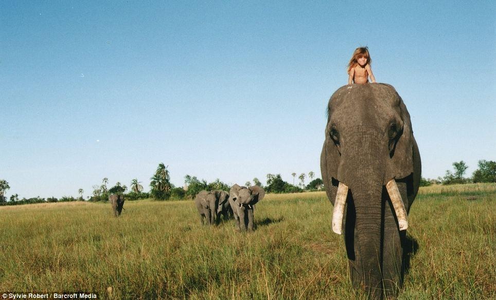 Tippi montada a lomos de un elefante