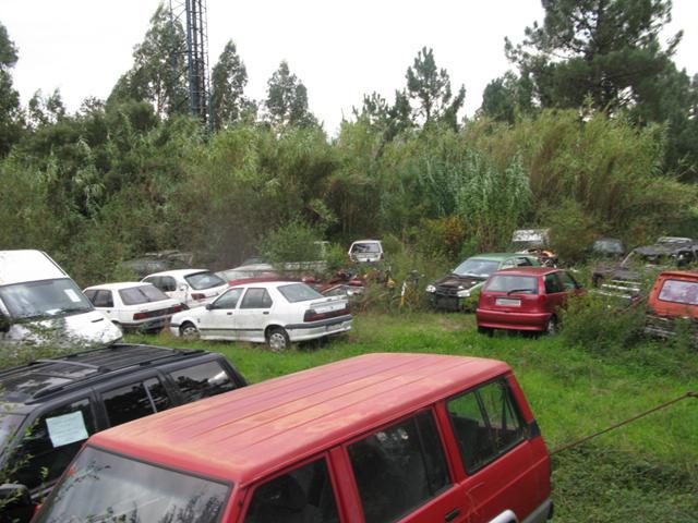 Deposito de vehículos en las proximidades del cuartel de la guardia civil, que carece de medidas que eviten el contaminación por filtración de aceites y otros líquidos