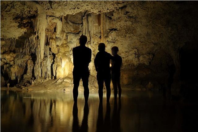 La cueva caliza tiene las estructuras propias de estalactitas, estalagmitas y columnas
