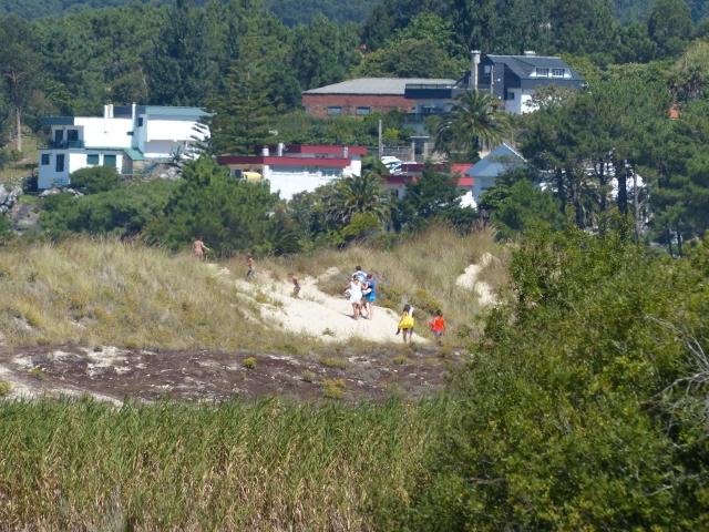 11 Bañistas atravesando duna Aguieira