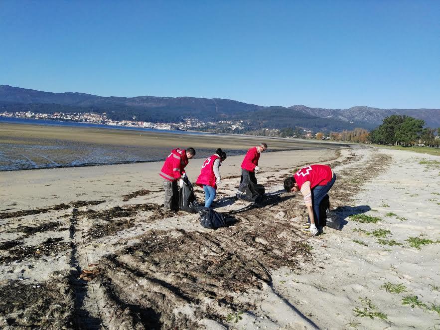 Voluntarios de Cruz Roja en la recogida de basuras.