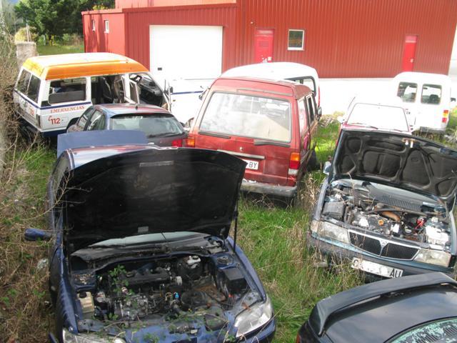 Deposito de vehículos en el Polígono de Espiñeira, que carece de medidas que eviten el contaminación por filtración de aceites y otros líquidos